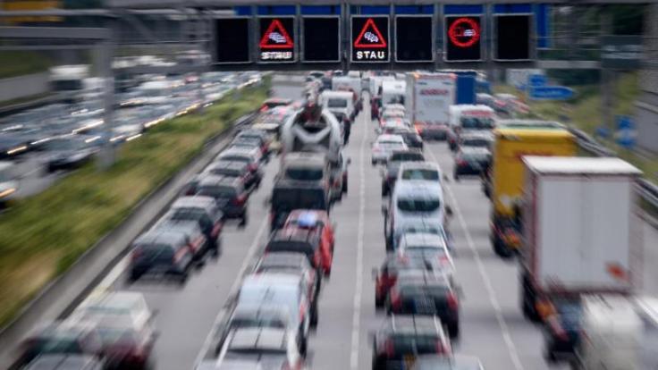 Auf vielen Autobahnen in Deutschland dürften am Wochenende Staus die Regel sein. (Foto)
