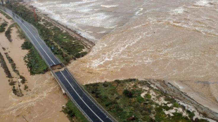 Die Luftaufnahme zeigt die eingestürzten Brücke über den Fluss Santa Lucia an der Straße von Cagliari nach Capoterra.