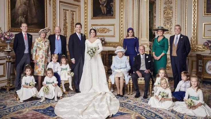 Auf dem offiziellen Hochzeitsfoto von Prinzessin Eugenie strahlen Prinz Philip und seine Ex-Schwiegertochter Sarah Ferguson Seite an Seite - doch in Wahrheit sollen sich die beiden nicht ausstehen können.