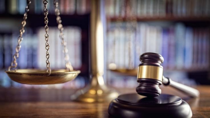 Ehemaliger Staatsanwalt wurde zu 18 Monaten Gefängnis verurteilt. Er hat ein Mädchen (8) gegen seinen Willen begrapscht und geküsst. (Symbolbild) (Foto)