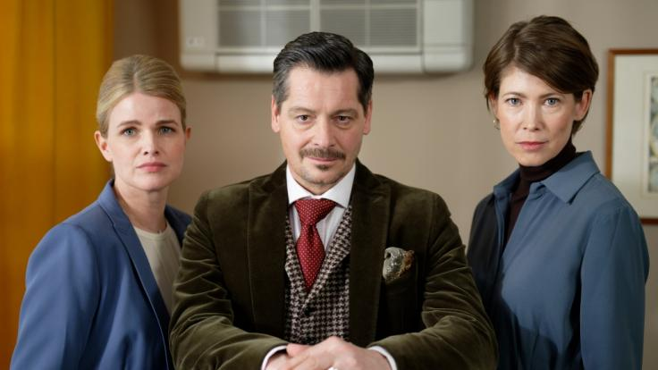 """Die Schauspieler Mira Bartuschek, Fritz Karl und Sonja Baum (l-r) sitzen bei Dreharbeiten für die zweite Staffel der ARD-Anwaltsserie """"Falk"""" am Filmset. (Foto)"""