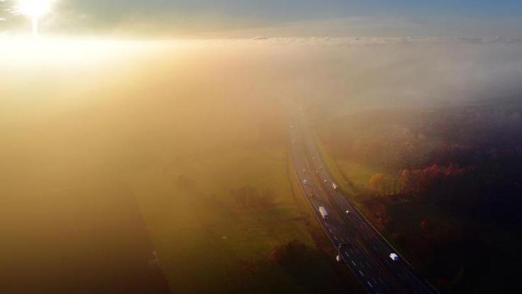 Nebel und überfrierende Nässe kann am Wochenende den Verkehr auf den Autobahnen verzögern.