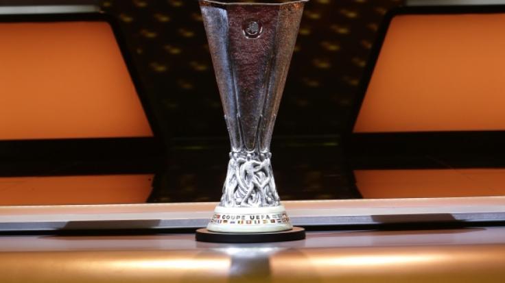Der Pokal der UEFA Europa League steht bei der Auslosung der Gruppenphase auf dem Tisch.
