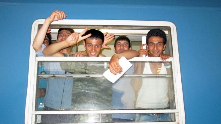 Junge Flüchtlinge, die aus Serbien über die Grenze nach Ungarn eingereist sind, in einem Zug am 20. Juli 2015.