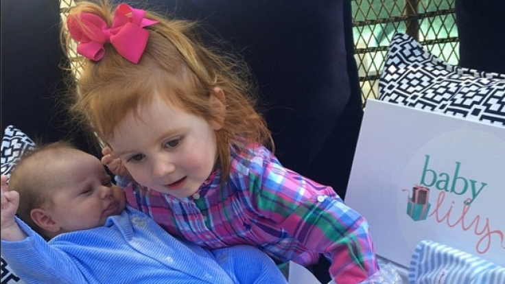 Da ihr Bruder Hunter seine Geschenke noch nicht allein öffnen kann, hilft Pixie natürlich. (Foto)