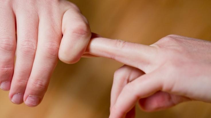 Der Mythos hält sich hartnäckig: Mit den Fingergelenken zu knacken, verursacht Rheuma oder Gicht.