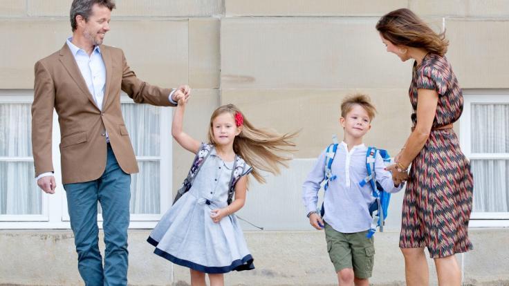 Kronprinz Frederik von Dänemark und seine Frau Prinzessin Mary mit ihren Zwillingen Prinzessin Josephine und Prinz Vincent an deren erstem Schultag. (Foto)
