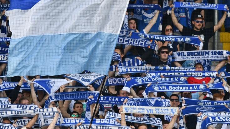 Mit den Schals in der Luft unterstützen die Fans den VfL Bochum. (Symbolbild)