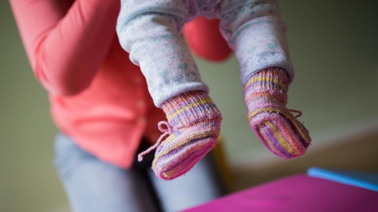 Tagesmutter misshandelt einen Jungen - und darf trotzdem weiter auf Kinder aufpassen. (Foto)