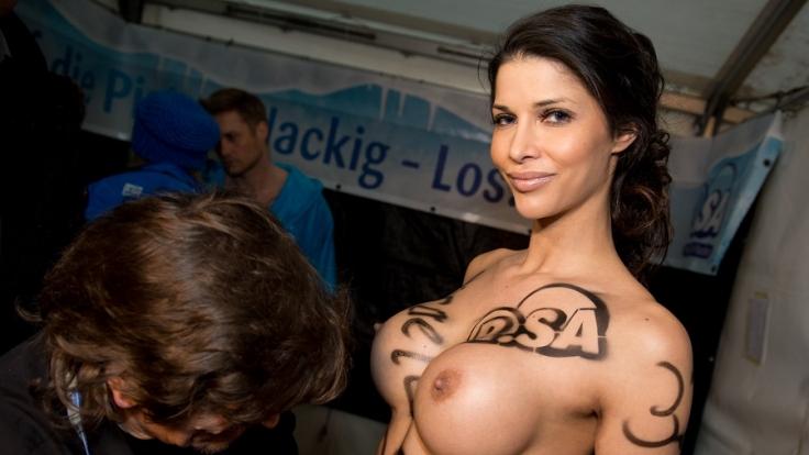 Micaela Schäfer zeigt vor der Kamera keine Hemmungen.