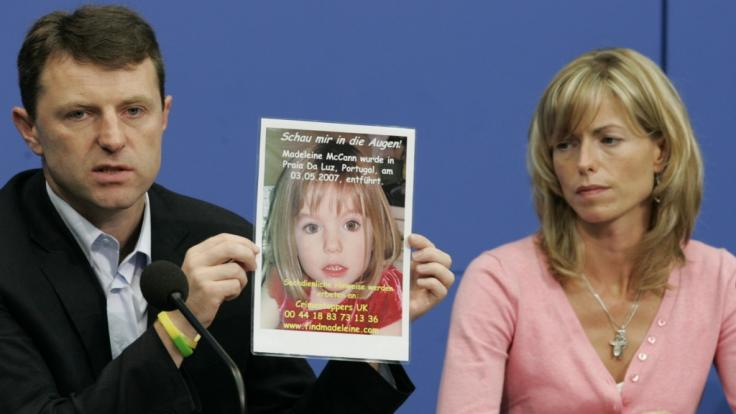 Die Eltern von Maddie McCann präsentieren ein Foto ihrer verschwundenen Tochter.
