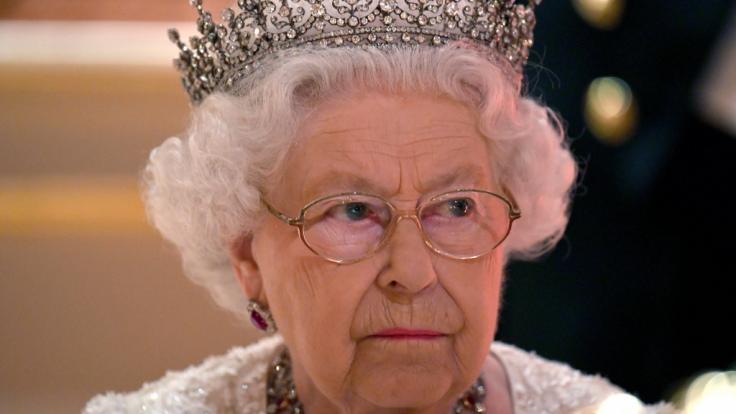 Queen Elizabeth II. muss sich unter Einhaltung strenger Corona-Regeln von ihrem verstorbenen Ehemann Prinz Philip verabschieden. (Foto)