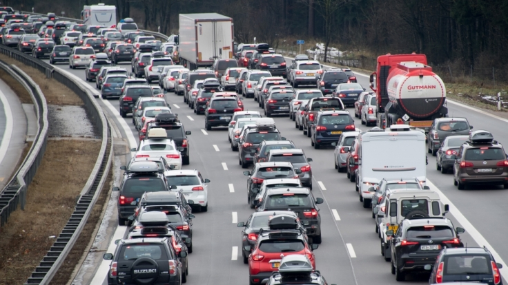 Oster-Reisende brauchen ab Gründonnerstag Geduld - auf der Straße und in den Zügen. (Foto)