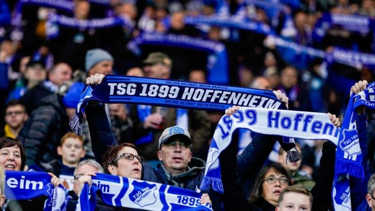 Mit ihren Schals in der Luft zeigen die Fans vom TSG 1899 Hoffenheim wem ihr Herz gehört. (Symbolbild) (Foto)