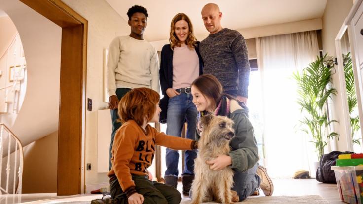 Theo Fankhauser (David Grüttner, l.) stellt Familienhund Fredo dem Rest der Familie vor.