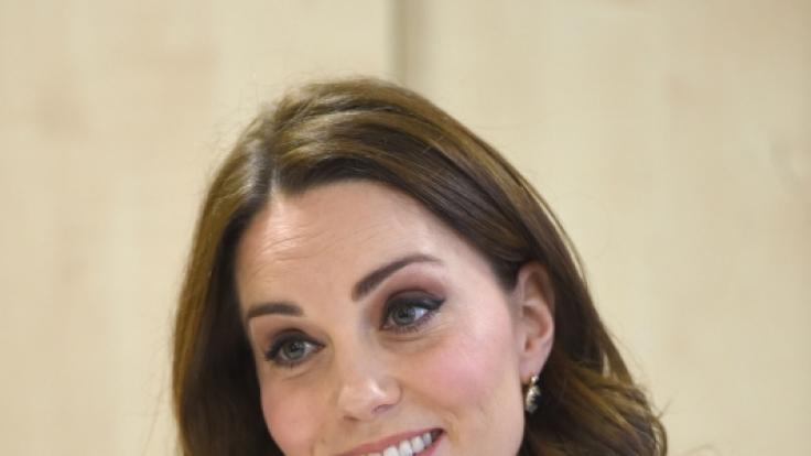 Kate Middleton zeigte sich beim Besuch einer Londoner Schule erstmals mit Babybauch.
