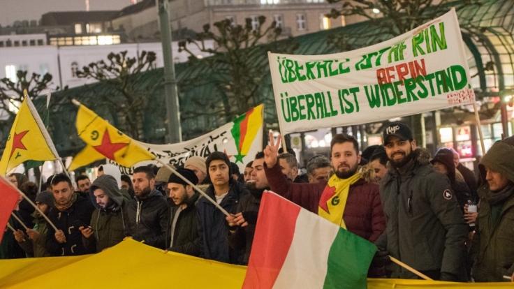 In Hamburg demonstrieren Kurden friedlich gegen die Angriffe in Afrin. In Hannover endeten die Proteste in einer Massenschlägerei. (Foto)