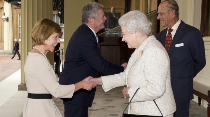 So wird's gemacht: Daniela Schadt, Lebensgefährtin des ehemaligen Bundespräsidenten Joachim Gauck, macht bei der Begrüßung vor Königin Elizabeth II. einen Knicks.
