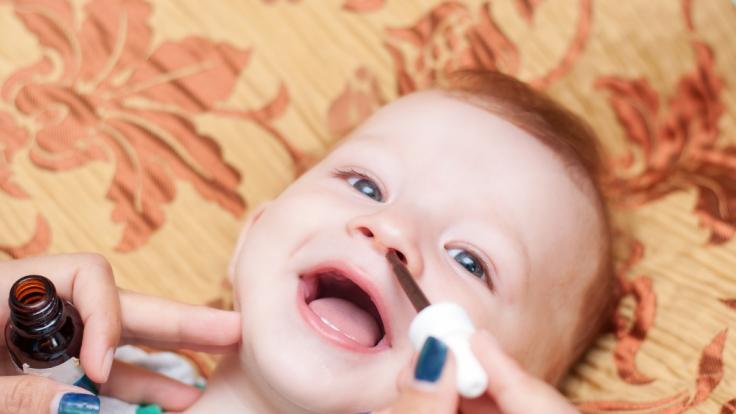 Nasentropfen können für Babys gefährliche Nebenwirkungen haben. (Foto)