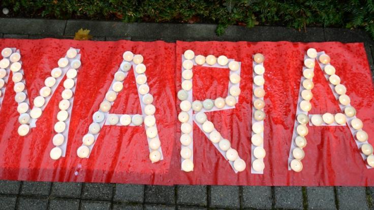 Nachdem Maria im Jahr 2013 verschwand, formten Menschen ihren Namen aus Kerzen vor der Polizeidirektion Freiburg. (Foto)