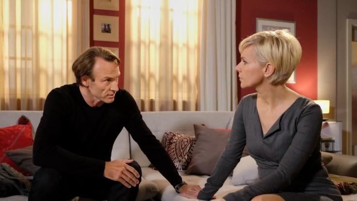 Martin Stein (Bernhard Bettermann) macht sich Sorgen um seine Freundin Kathrin Globisch (Andrea Kathrin Loewig). (Foto)