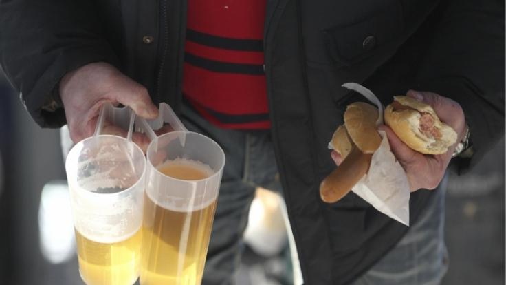 Rund 10.000 Würstchen werden bei einem Bundesligaspiel verzehrt - und bis zu 30.000 Liter Bier.  (Foto)