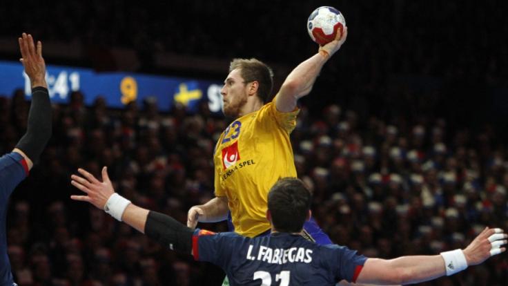 Handball WM Männer: Frankreich - Schweden, Finalrunde, Viertelfinale am 24.01.2017 in Lille, Frankreich. Schwedens Albin Lagergren (M) gegen Frankreichs Ludovic Fabregas in Aktion.