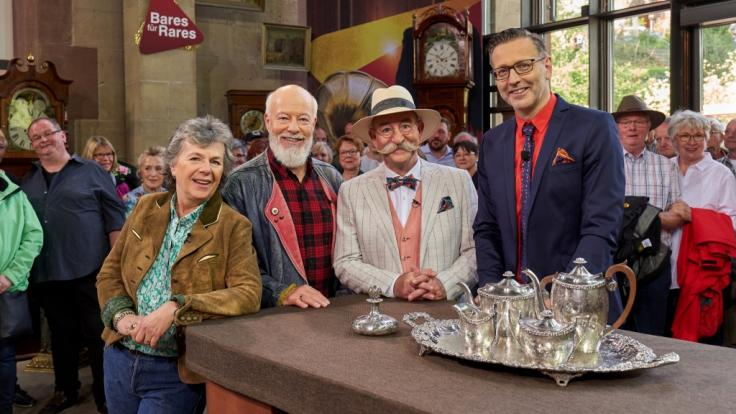 """Schauspieler- und Comedian-Ehepaar Margie Kinsky und Bill Mockridge statten Moderator Horst Lichter und Experte Detlev Kümmel bei """"Bares für Rares"""" einen Besuch ab. (Foto)"""