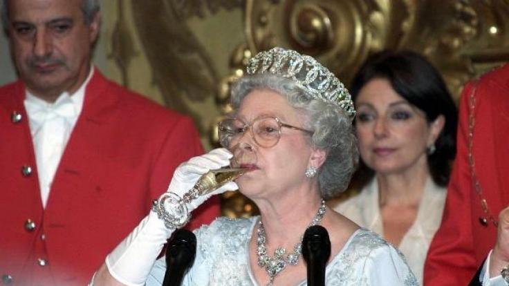 Hoch die Tassen! Queen Elizabeth II. zwitschert gern mal einen. (Foto)