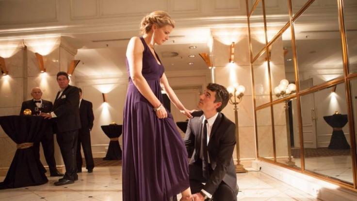 Als Nora den Job von Emily übernimmt, lernt sie den interessanten Millionär Max kennen. (Foto)