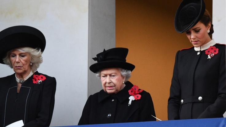 Mit ernster Miene gedenken die Royals an den Ersten Weltkrieg. (Foto)