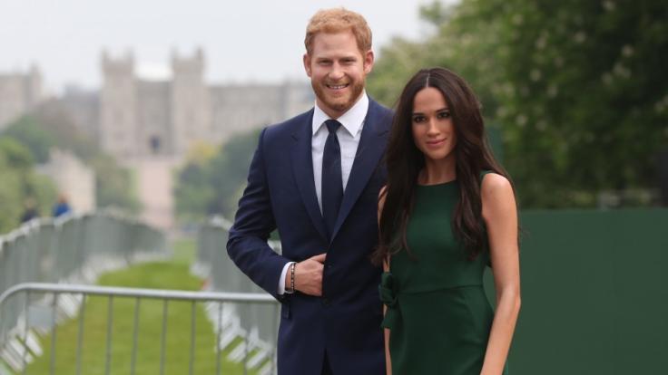 """Täuschend echt: Die Wachsfiguren von Prinz Harry und Meghan Markle wurden bereits von Madame Tussauds auf der Paradestraße """"Long Walk"""" vor Windsor Castle ausgestellt. (Foto)"""