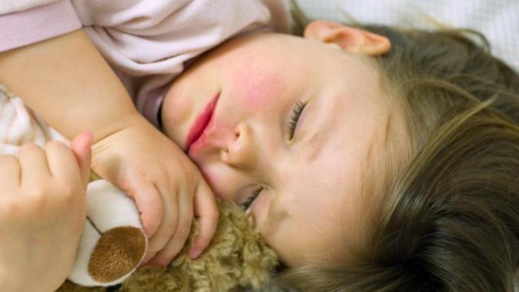 Bei Ohrenschmerzen helfen Nasentropfen. Sind die nicht zur Hand, können Eltern ein Zwiebelsäckchen aufs Ohr legen. (Foto)