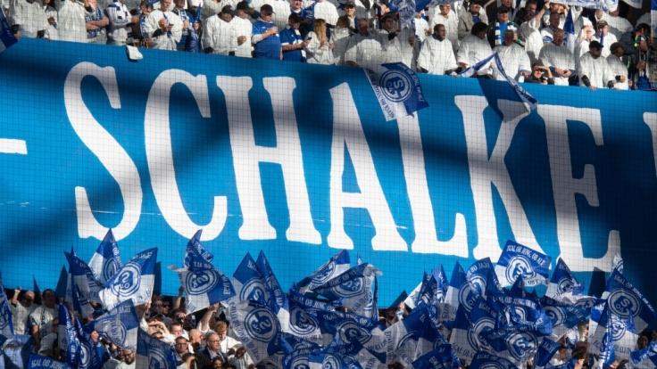 Mit wehenden Fahnen feuern die Fans von Schalke 04 ihre Mannschaft an. (Symbolbild) (Foto)