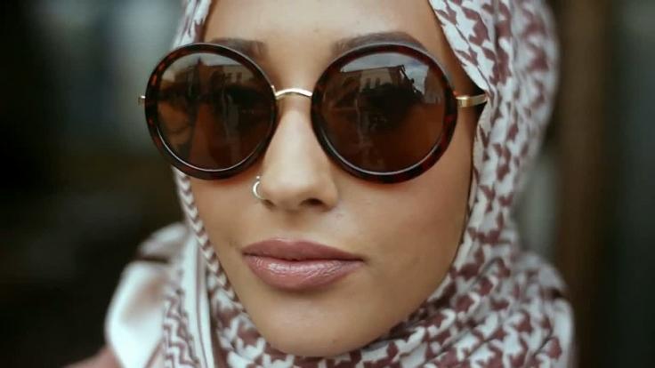 Ein muslimisches Model trägt in einem Werbevideo der Modekette HM einen Hidschab. (Foto)