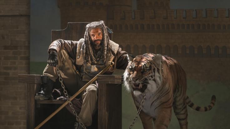 """König Ezekiel und sein Tiger Shiva machen Jagd auf Zombies bei """"The Walking Dead"""". (Foto)"""