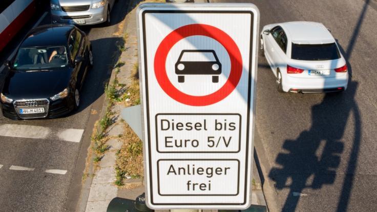 Ein Fahrverbotsschild für Fahrzeuge mit Diesel-Motor bis Euro-5 steht an der Max-Brauer-Allee. (Foto)