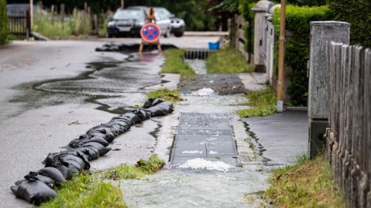 Bayern, Grainau: Wasser quillt über die Ränder eines kleinen Grabens an einer Straße im Ortsteil Hammersbach. (Foto)