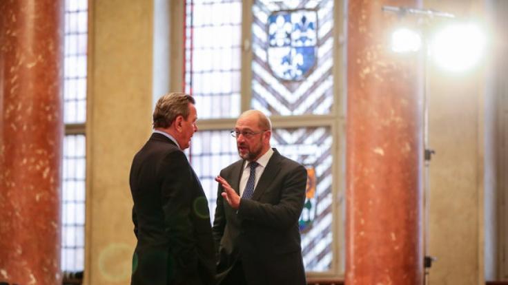 Der frühere Bundeskanzler Gerhard Schröder (links) und Martin Schulz, damals noch Präsident des Europäischen Parlamentes, am 14. Oktober 2016 im Roten Rathaus in Berlin.
