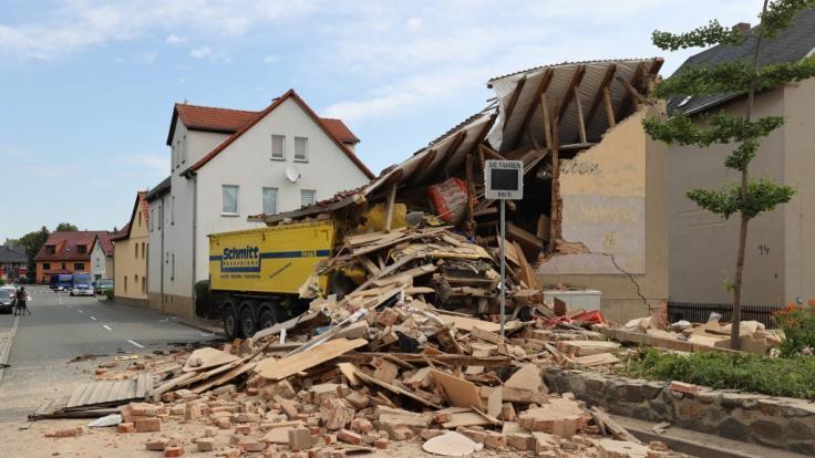 In Altkirchen in Thüringen ist ein LKW-Fahrer in ein Haus gefahren und gestorben.