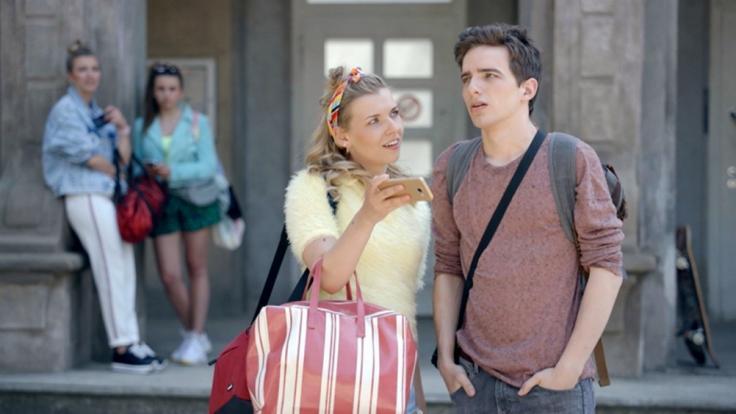 Brenda (Annabella Zetsch) hat Luis (Maximilian Braun) in der Hand.