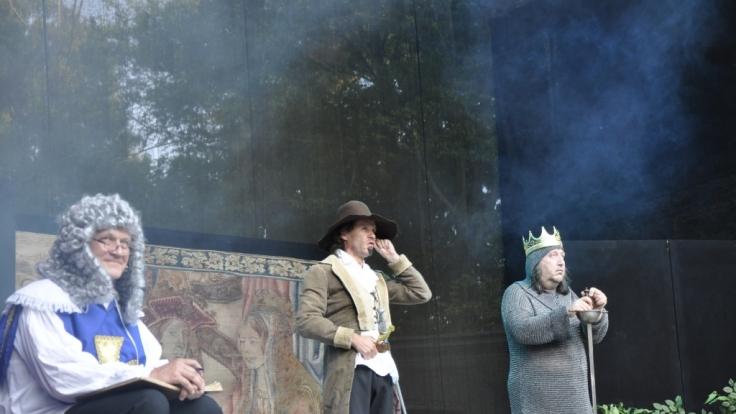 D'Artagnan (Olaf Schubert) hält um die Hand von Artus' Tochter Jacqueline an