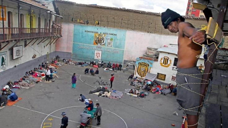 """Im bolivianischen Gefängnis San Pedro, dem krassesten Knast der Welt, protestiert dieser Insasse durch """"Kreuzigung"""" für ein besserer Justizsystem. (Foto)"""