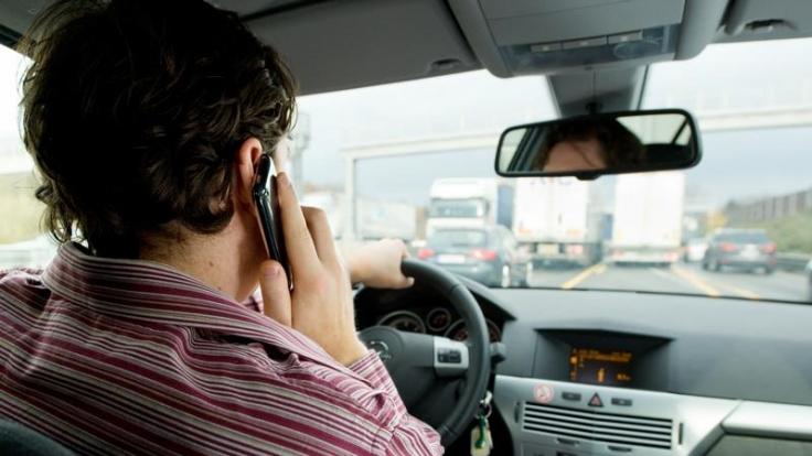 Das kann teuer werden: Telefonieren am Steuer ist verboten und kann einen Punkt in Flensburg sowie 40 Euro Strafe kosten.