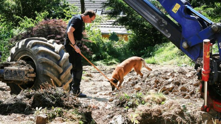 Die Polizei in Wuppertal suchte auf dem Grundstück eines 83-Jährigen nach dem Fund von Kinderpornographie im Garten des Verdächtigen mit Baggern und Leichenspürhunden nach vermissten Kindern. (Foto)
