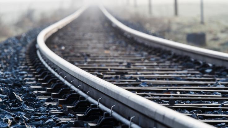 Ein 11-Jähriger stürzte bei seinem wahnsinnigen Vorhaben auf die Gleise einer Eisenbahnstrecke. (Foto)