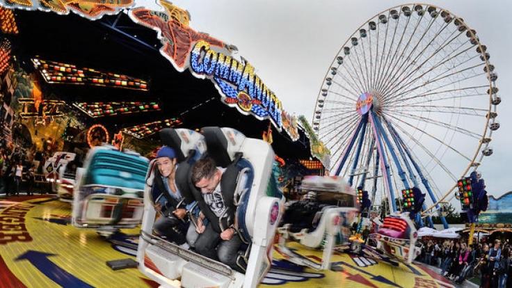 """Auf dem beliebten Jahrmarkt """"Pützchens Markt"""" in Bonn kam es zu einer tödlichen Tragödie, als ein 31 Jahre alter Mann vom Riesenrad stürzte und starb. (Foto)"""