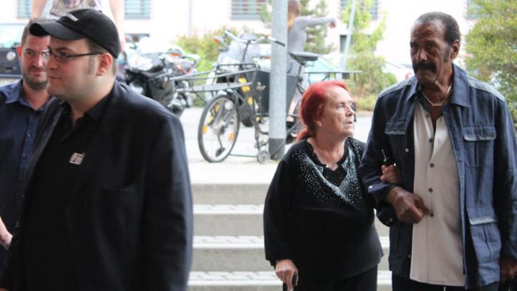 """Fred Williamson (r.) geleitet bei der Deutschlandpremiere von """"Atomic Eden"""" die Mutter (m.) des Regisseurs Nico Sentner (l.) über den Roten Teppich. (Foto)"""