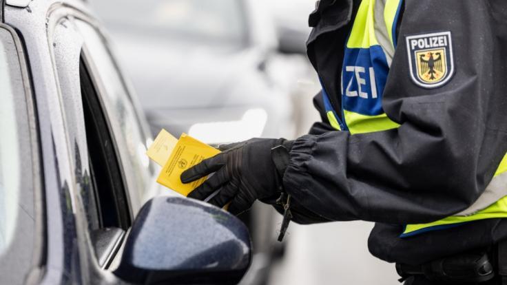 Die Bundespolizei hat mit Kontrollen der verschärften Testpflicht für Reiserückkehrer begonnen. (Foto)