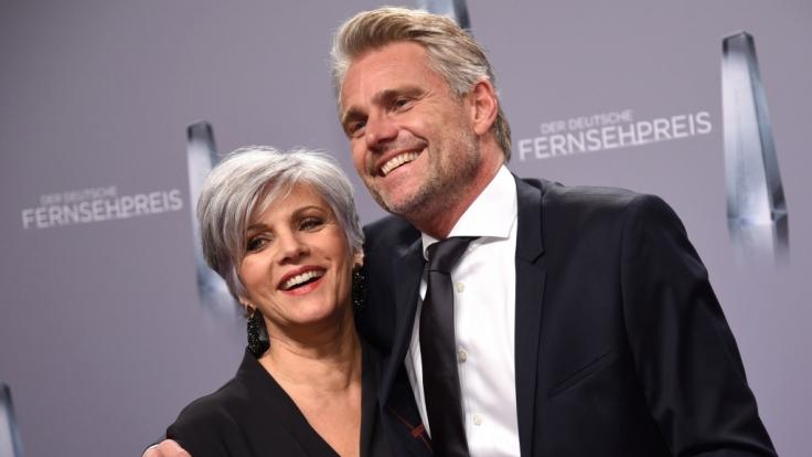 Birgit Schrowange und ihr Freund Frank Spothelfer kommen zu der Verleihung des 19. Deutschen Fernsehpreises. (Foto)
